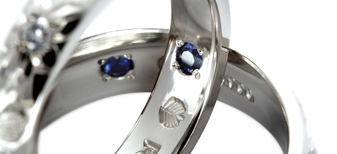 結婚指輪ハワイアンジュエリーmakanaにはサファイアがセッティングされている